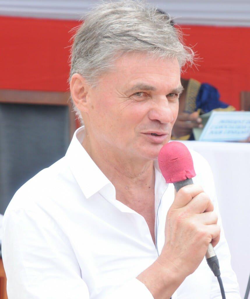 Michel Jestin, president of the Association MJ Pour l'Enfance addresses the audience